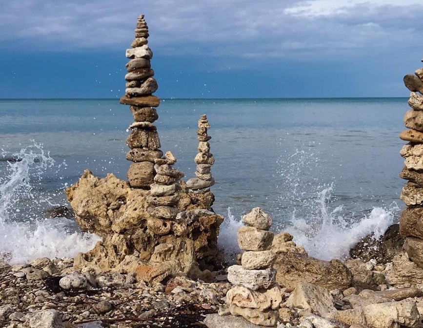 ForPost - Новости : В Севастополе на пляже создали сад камней