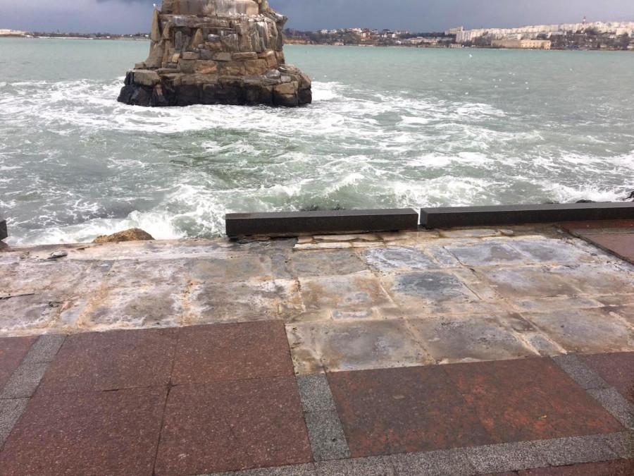 ForPost - Новости : В Севастополе штормом разбило пляж Хрустальный и набережную Корнилова