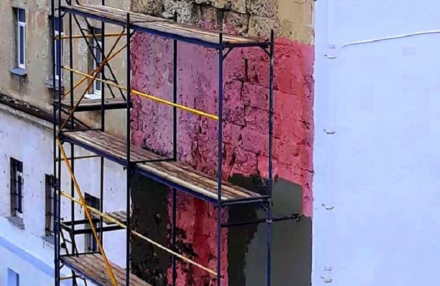 ForPost - Новости : Фасад лазаревских казарм в Севастополе «укрепляют» штукатуркой