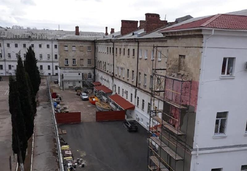 ForPost - Новости : «Укрепление» штукатуркой фасада лазаревских казарм проходит с нарушением