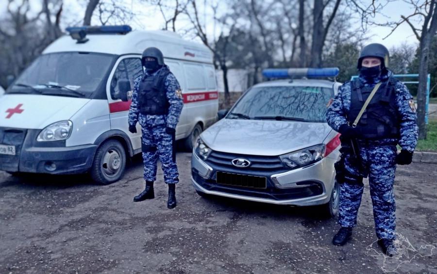 ForPost - Новости : Крымские росгвардейцы пробивали медикам дорогу к раненой женщине