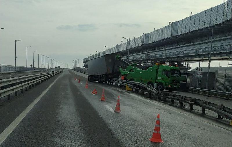 ForPost - Новости : Фура повисла на ограждении Крымского моста