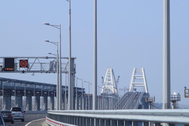 ForPost - Новости : Крымский мост засыпали солью