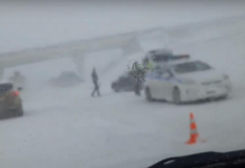 ForPost - Новости : В Крыму 32 автомобиля не поделили снежную трассу