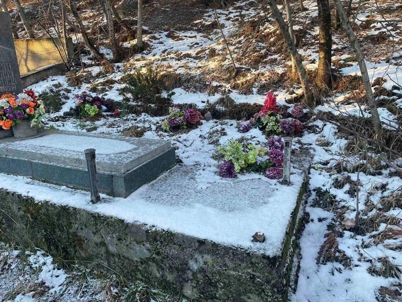 ForPost - Новости : Мародеры спилили чугунные ограды на кладбище в Крыму