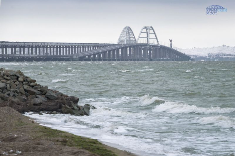 ForPost - Новости : Крымский мост впервые временно перекрыли из-за снегопада