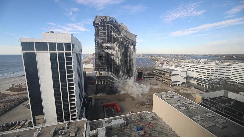 ForPost - Новости : В США взорвали гигантский отель Дональда Трампа. Видео