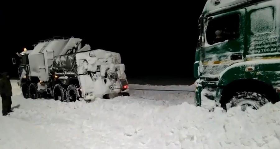 ForPost - Новости : Черноморский флот вытянул застрявших в снегу крымских автомобилистов