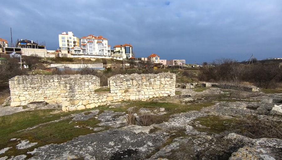 ForPost - Новости : Некрополь святых в Севастополе превратился в притон