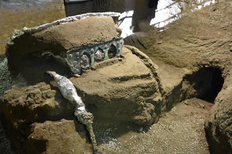 ForPost - Новости : В Помпеях откопали древнюю колесницу в почти идеальном состоянии
