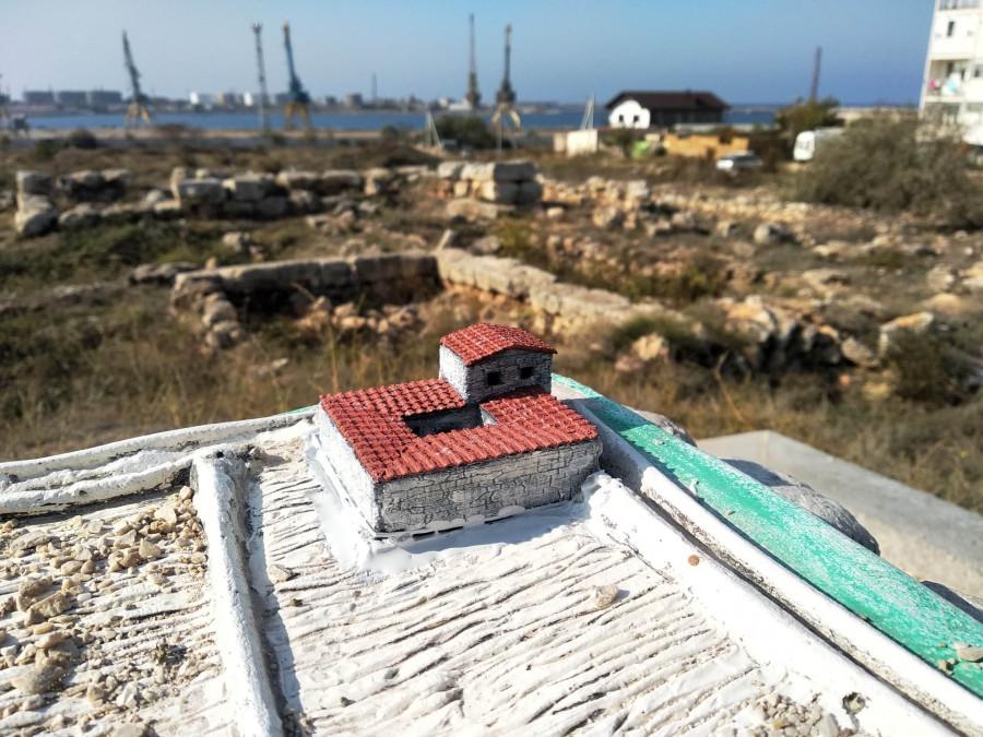 ForPost - Новости : В севастопольском сквере пятый раз украли макет усадьбы