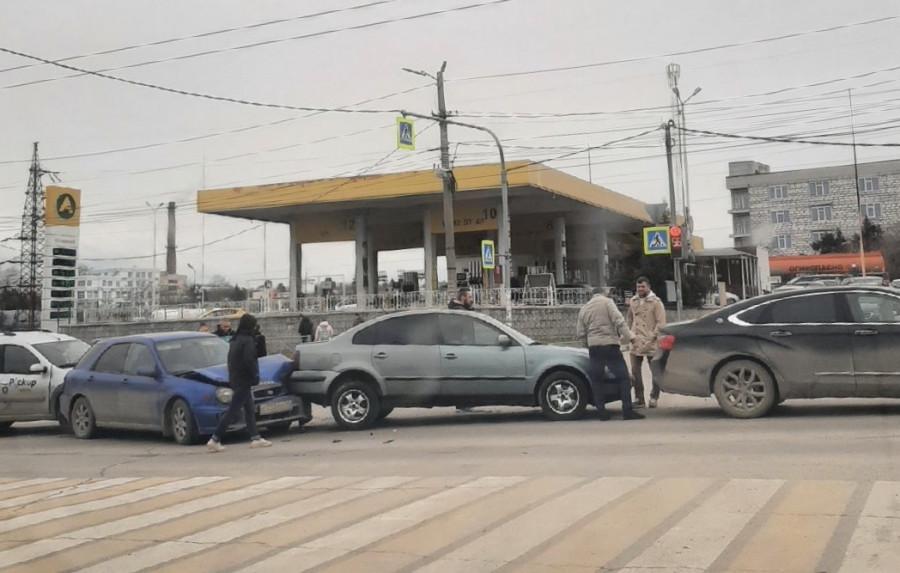 ForPost - Новости : На дороге в Севастополе случился спонтанный «паровозик»