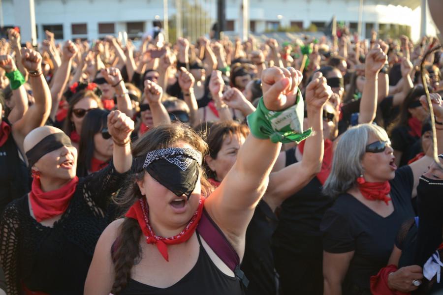 ForPost - Новости : Марш феминисток в Испании атаковали женщины ультраправых взглядов