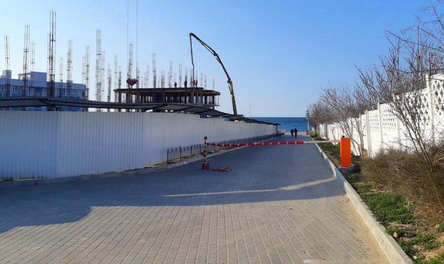 ForPost - Новости : У пляжа в Севастополе вместо парковки появился новый шлагбаум