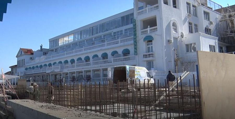 ForPost - Новости : На пляже Хрустальный в Севастополе возводят странные бетонные коробки