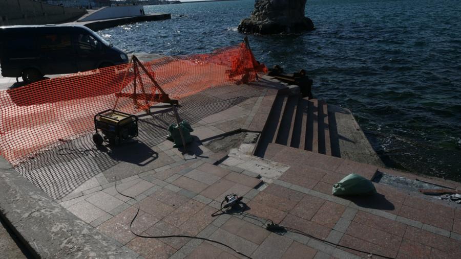 ForPost - Новости : В Севастополе восстанавливают разбитую штормом набережную Корнилова