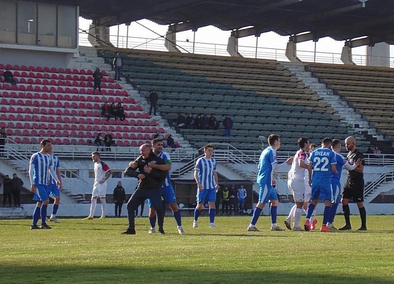 ForPost - Новости : Скандал в крымском футболе разразился после ухода команды с матча