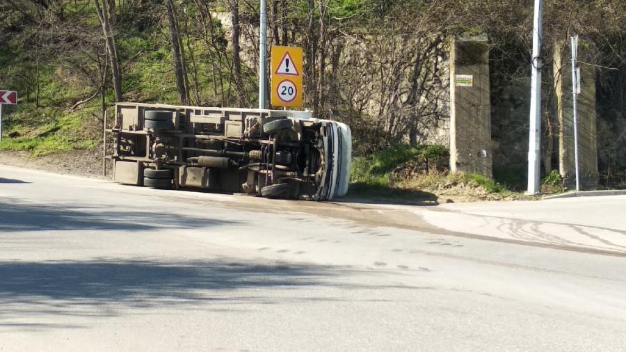 ForPost - Новости : В Севастополе перевернулся грузовик