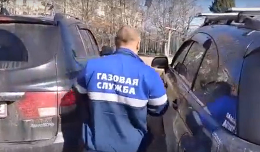 ForPost - Новости : «Газовый аферист» спрятался от севастопольцев в машине
