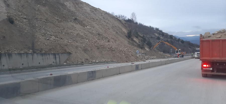 ForPost - Новости : Оползень под Севастополем парализовал трассу «Таврида» и Президентскую дорогу