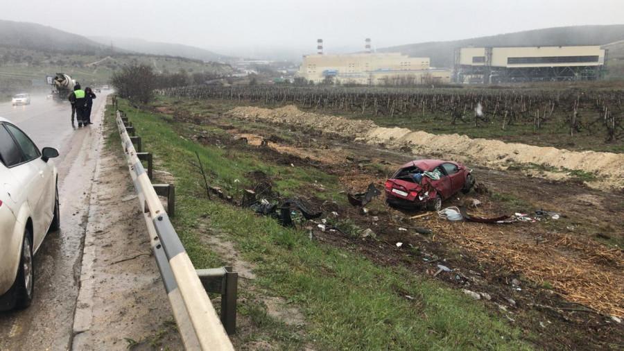 ForPost - Новости : Автомобиль улетел в виноградники на трассе под Севастополем