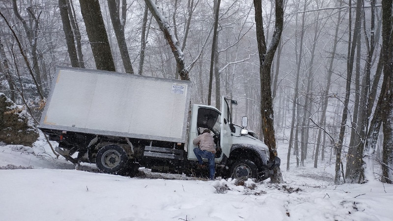 ForPost - Новости : Под Ай-Петри грузовик улетел с заснеженной дороги