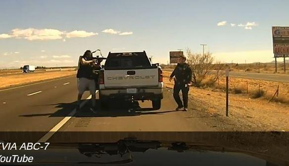 ForPost - Новости : В США преступник расстрелял полицейского, добив выстрелом в голову