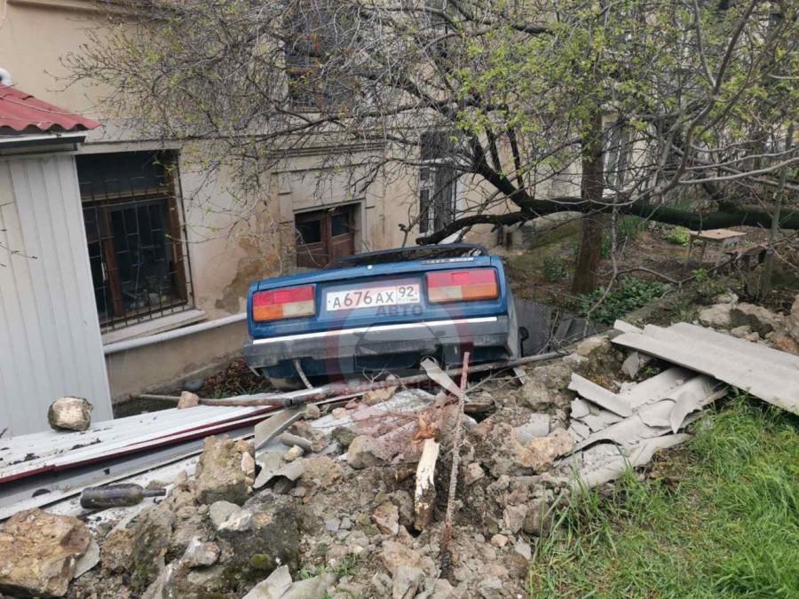 ForPost - Новости : В Севастополе ВАЗ «нырнул» в кювет