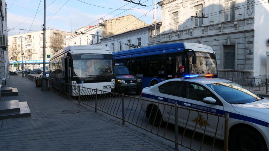 ForPost - Новости : «Патриот» цвета хаки врезался в мирный севастопольский троллейбус