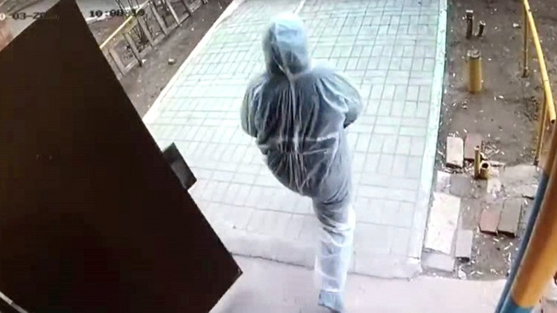 ForPost - Новости : По Астрахани бродит «соцработник» в защитном костюме и с камнем в руке