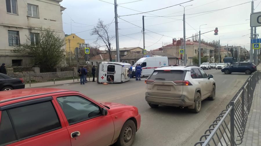 ForPost - Новости : В Севастополе скорая помощь «легла на бок»