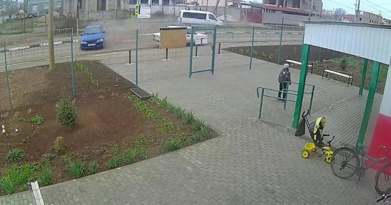 ForPost - Новости : В Крыму мальчик с папой на пассажирском сидении устроил ДТП
