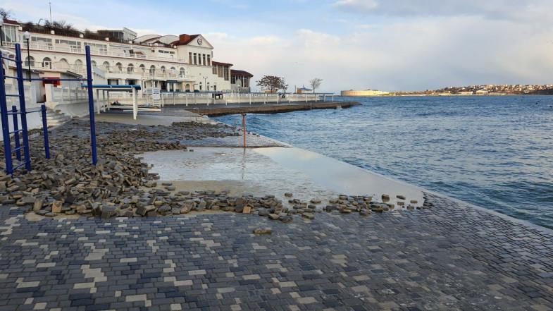 ForPost - Новости : В Севастополе заливают бетоном пляж Хрустальный