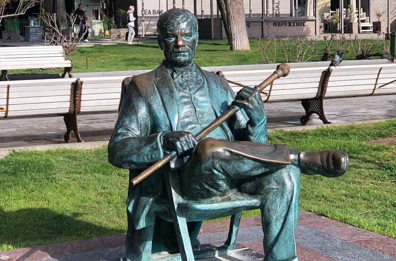 ForPost - Новости : Туристов насмешили позеленевшие памятники на набережной Ялты