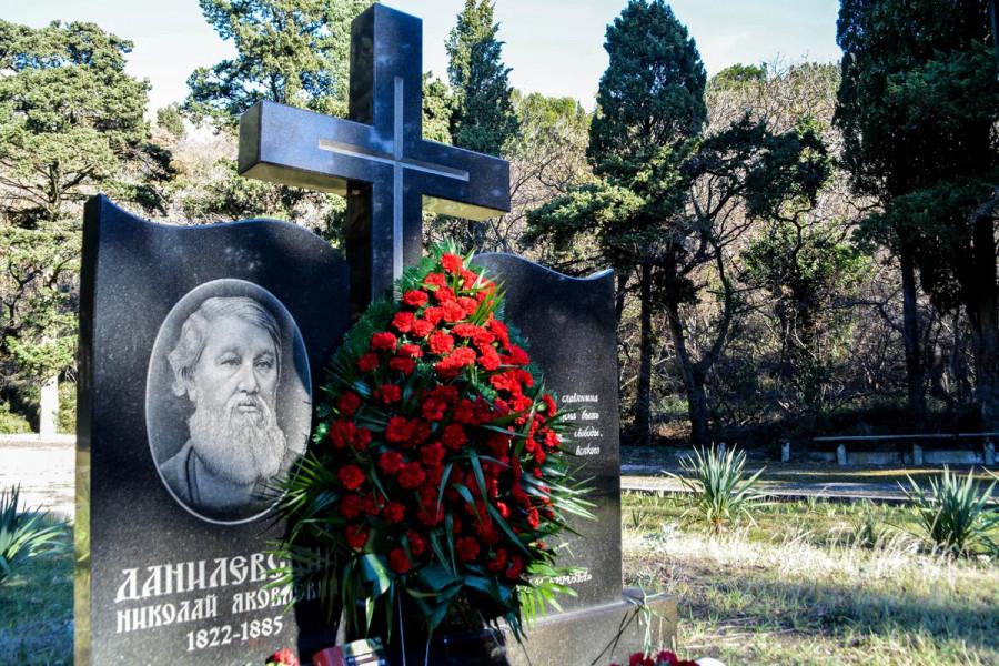 ForPost - Новости : В бывшем севастопольском лагере им. Комарова гибнут парк и могила мыслителя Данилевского