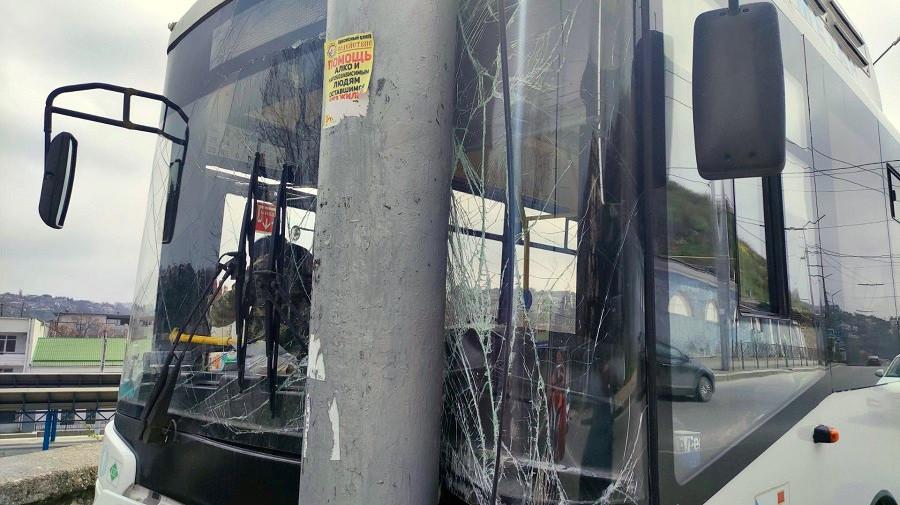 ForPost - Новости : Въехавший в столб севастопольский автобус решил поездить без водителя