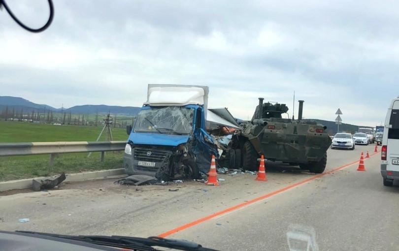ForPost - Новости : БТР протаранил грузовую «газель» в Севастополе