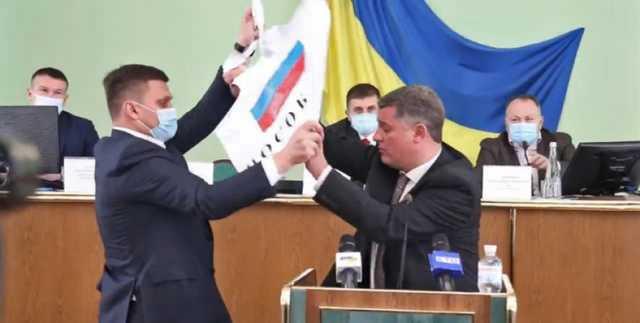ForPost - Новости : В облсовете на Украине депутаты подрались из-за российского флага