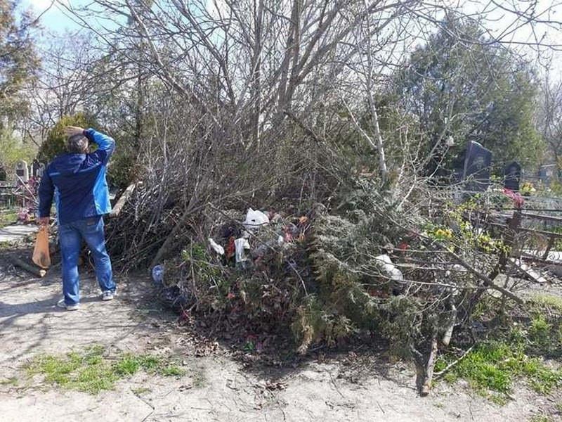 ForPost - Новости : Из-за гор мусора катафалк с покойным не может проехать на кладбище в Крыму