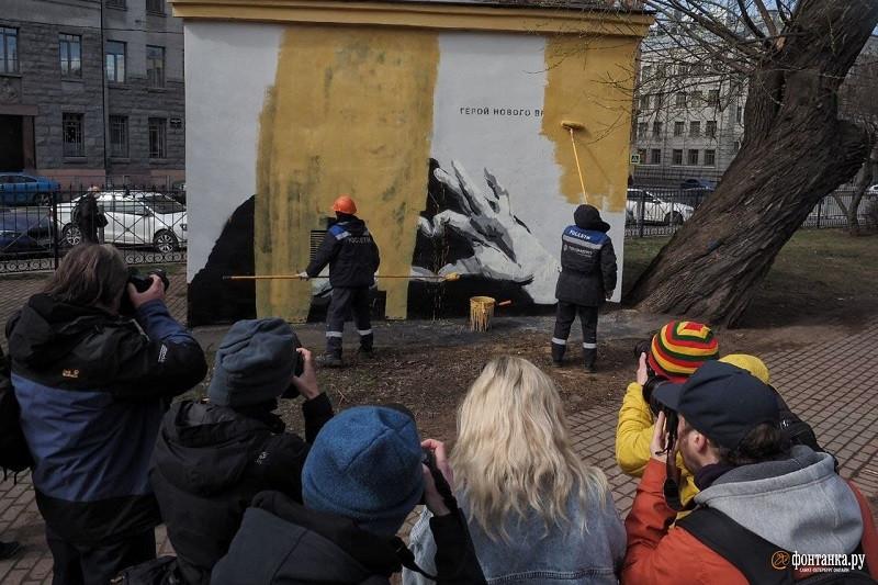 ForPost - Новости : В Петербурге граффити с Навальным не продержалось и суток