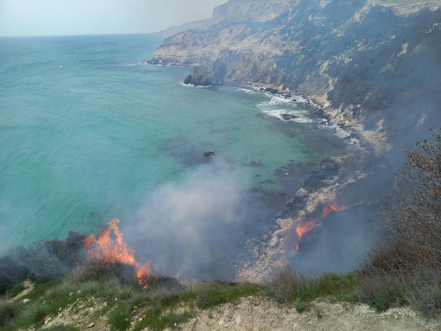 ForPost - Новости : В Севастополе горел пляж «Баунти» на Фиоленте