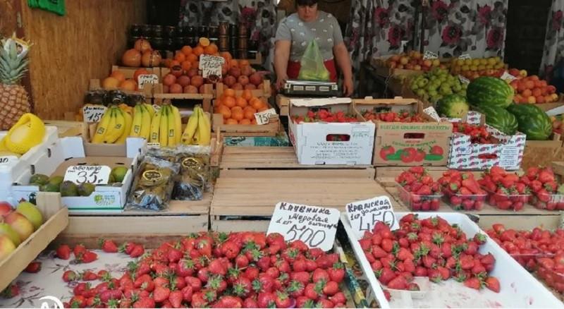 ForPost - Новости : Крым порадовал туристов «золотой» клубникой