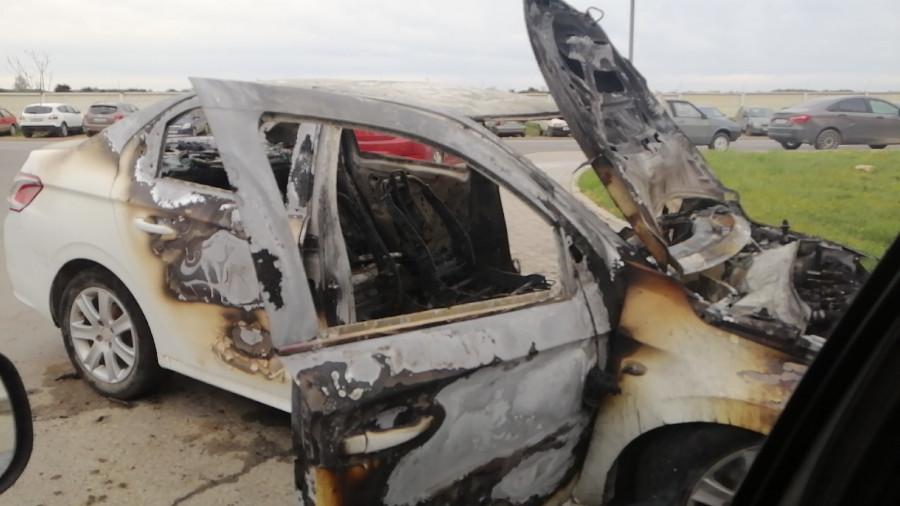 ForPost - Новости : В жилом районе Севастополя по неизвестным причинам сгорел автомобиль