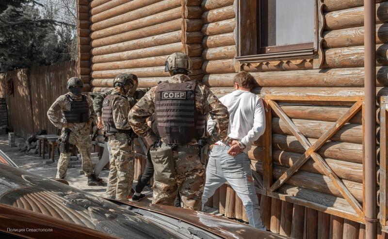 ForPost - Новости : Канистра с ювелиркой: в Севастополе задержали банду вежливых домушников