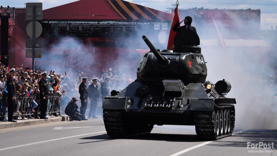 ForPost - Новости : Дети, девушки и советский танк: в Севастополе прошёл парад Победы