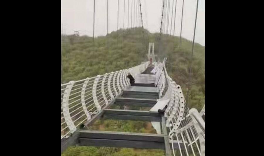 ForPost - Новости : Турист завис над 100-метровой пропастью на разбившемся стеклянном мосту