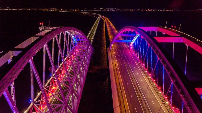 ForPost - Новости : Новая подсветка на арках Крымского моста слепит водителей