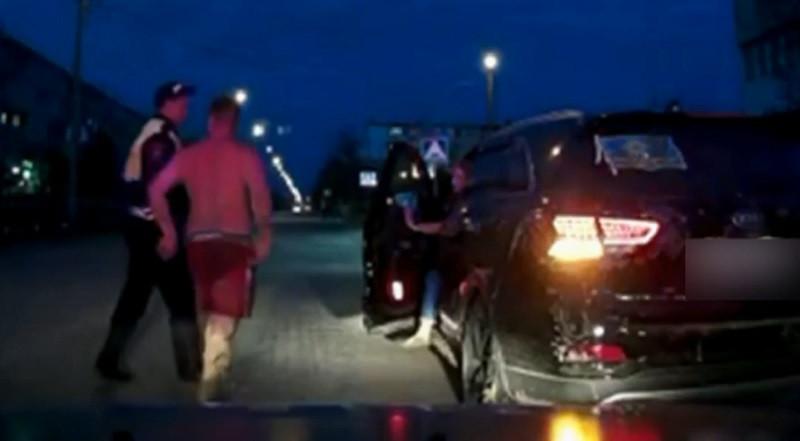 ForPost - Новости : Полуголый крымчанин напал на полицейского (Видео)