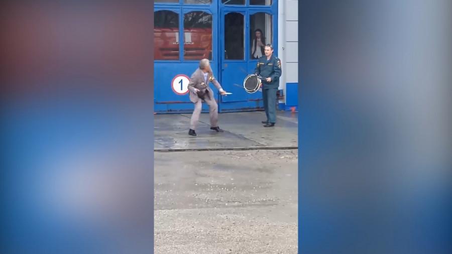 ForPost - Новости : На севастопольскую пожарную часть напал дедушка с ножом и орденами (видео)