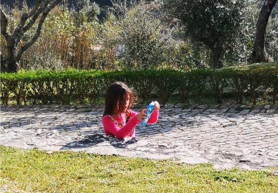 ForPost - Новости : Пользователей Сети поразило фото девочки, «погребённой» в бетон